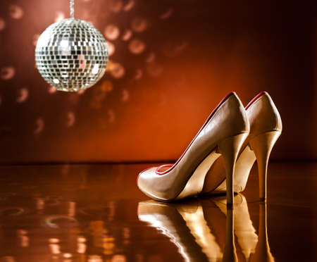 mirror ball: Hermosas stilettos marrones en la pista de baile con bola de espejos