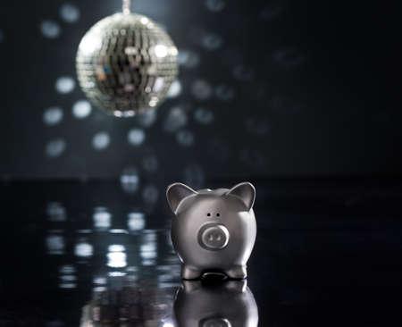 mirror ball: Concepto de partido, pista de baile y bola de espejos Foto de archivo
