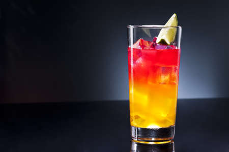 Tequila sunrise, l'histoire de la boisson dit qu'il a d'abord servi à Cancun et Acapulco en 1950. Après une brève flambée des discothèques de 70, il a perdu beaucoup de sa gloire. Banque d'images - 19627936