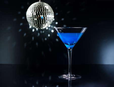 Modrá Martini koktejl v prostředí disco