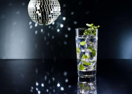 Green Mojito koktejl s čerstvou mátou Reklamní fotografie