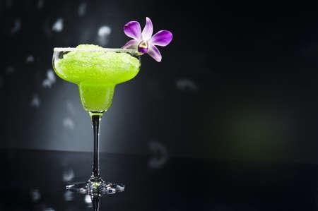 Green margarita koktejl s orchidejí květina