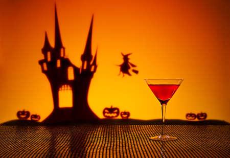 bruja: Casa encantada de Halloween bruja y un c?ctel Cosmopolitan