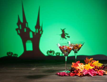 casita de dulces: Casa encantada de Halloween una bruja y caramelos dulces