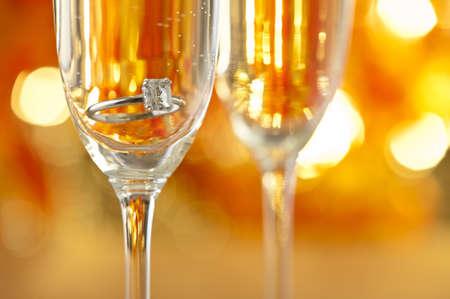 Bicchieri di champagne con gioielli di fidanzamento di fronte sfondo autunnale Archivio Fotografico - 20382480