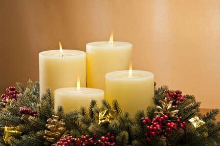 Corona de Adviento con velas encendidas en el momento antes de Navidad Foto de archivo