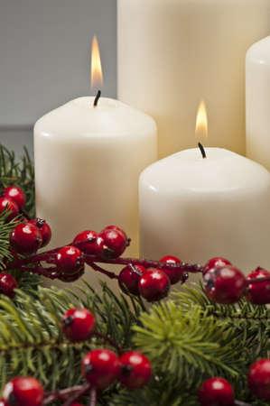 luz de velas: Corona de Adviento con velas encendidas en el momento antes de Navidad Foto de archivo