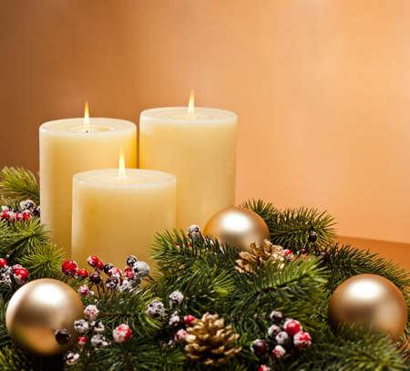 �advent: Corona de Adviento con velas encendidas en el momento antes de Navidad Foto de archivo