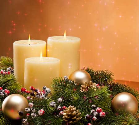 Couronne de l'Avent avec des bougies allumées pour le temps de pré Noël Banque d'images - 20919421