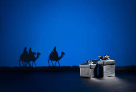 reyes magos: Tres hombres sabios en el camino a Jesús en Belén y regalos