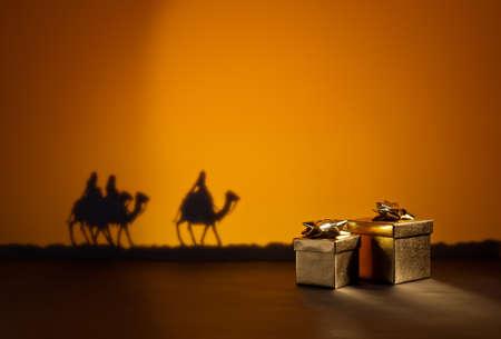 adviento: Tres hombres sabios en el camino a Jesús en Belén y regalos