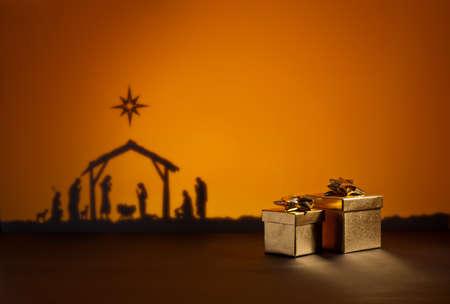 nacimiento de jesus: Nacimiento de Jesús silueta de la cuna de Belén con el presente Foto de archivo