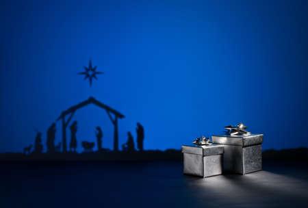 nacimiento de jesus: Nacimiento de Jes�s silueta de la cuna de Bel�n con el presente Foto de archivo