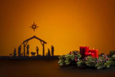 geburt jesu: Geburt Jesus Silhouette der Krippe in Bethlehem und Kerzen