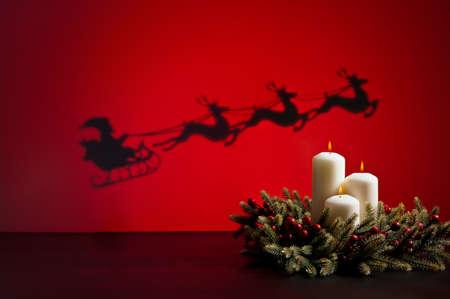 corona de adviento: Santas trineo en camino a entregar regalos y velas