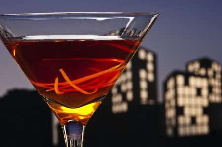 verm�: A Manhattan es un c�ctel hecho con whisky, vermut dulce y amargo. Whiskeys utilizados son el centeno (la opci�n tradicional), Canadian whisky, bourbon, whisky blended y Tennessee whiskey. Foto de archivo