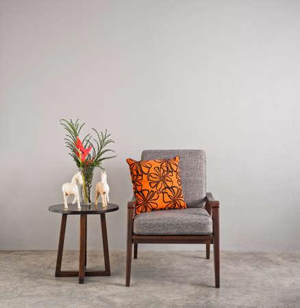silla de madera: Silla tapizada gris en la sala con flores