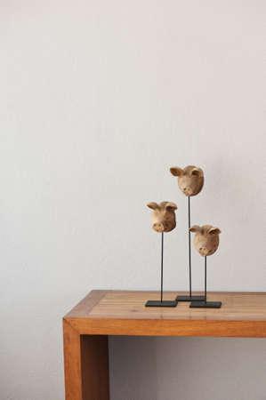 aparador: Três cabeças de porco em uma placa de lado Imagens