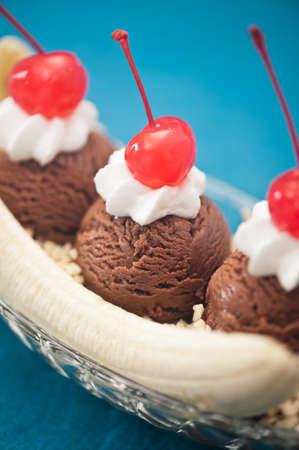 eis: Banana Split Ice Cream with Cherry decoration