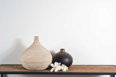 Prázdné vázy zdobené Frangipani květ přes boční desky