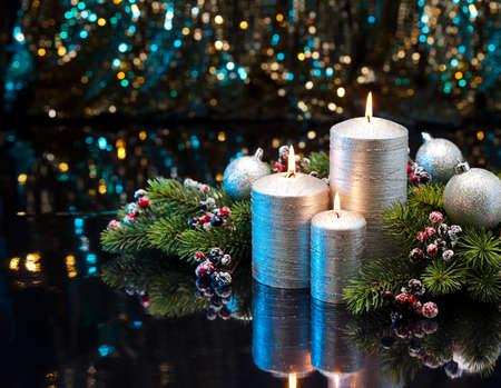 corona de adviento: Tres velas de plata con ramas y adornos para árboles de Navidad decorados