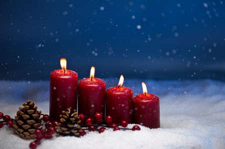 4. Advent svíčka ve sněhu a sněžení
