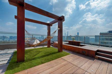 Toit terrasse avec hamac sur une journée ensoleillée à Shanghai Banque d'images - 33580876