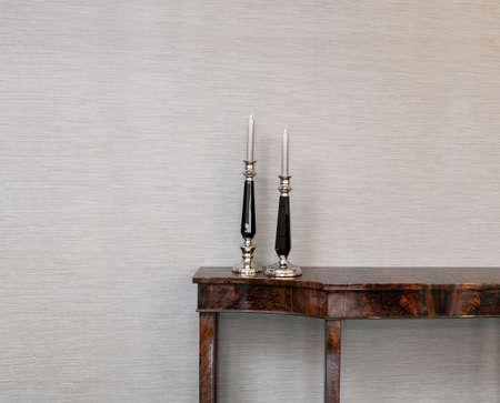 aparador: Aparador em frente a uma parede cinza com vela vara