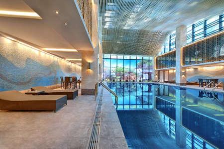 modern interieur: Overdekt zwembad met ligstoelen op een heldere dag