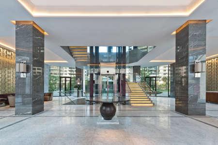 marbles: Caja de la escalera de una casa club brillante iluminado