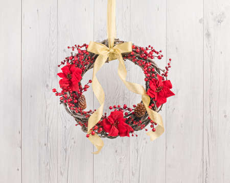 porte bois: Advents wreath with autumn decoration over a white wooden background