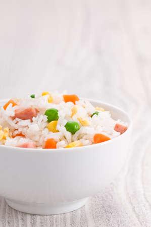 arroz blanco: Un plato de arroz frito sobre una superficie brillante