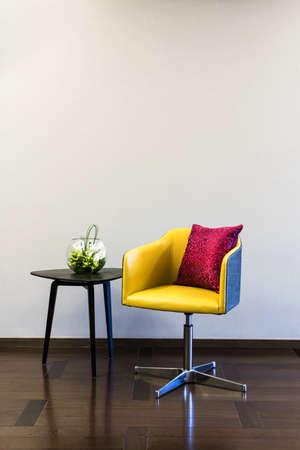 Couchtisch Stuhl-Kombination vor einem Klarwand
