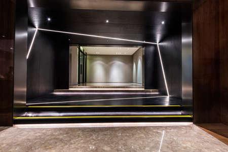 Hall hall d'entrée lumineux et vide d'un bâtiment Banque d'images - 50758361