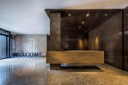 Verlichte en lege foyer ingang van een gebouw Stockfoto