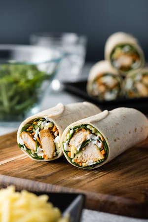 wraps: envoltura tiernos sana fresca de pollo tandoori con tzatziki, queso, espinacas y zanahorias Foto de archivo