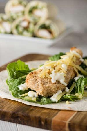 plato de pescado: Empanadas del pollo Abrigo de la tortilla con queso Lechuga fresca Foto de archivo