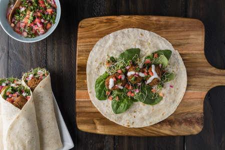 Vegan Falafel Wrap With Salsa and salad Standard-Bild