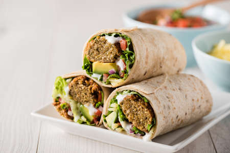 wraps: falafel vegetariana envuelve con aguacate y queso
