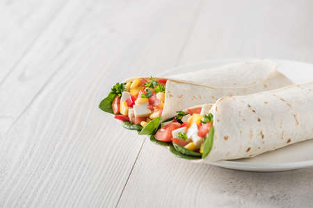 vegetable salad: vegan tofu wraps with pepper, corn, tomatoes and spinach Stock Photo