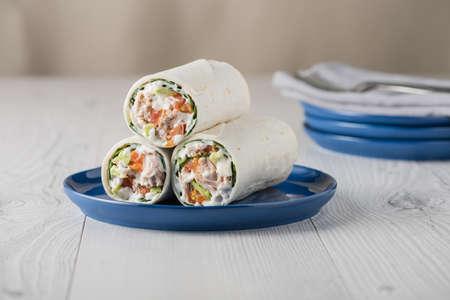 wraps: El atún se envuelve con tomate y mayonesa de aguacate en la placa azul