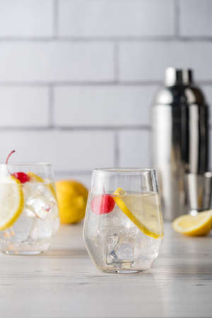 tom collins: Fresh home made Tom Collins cocktails with lemon
