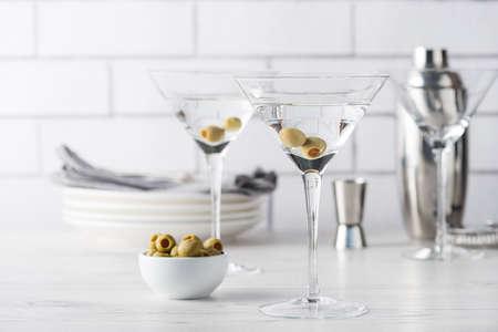 Frais faits maison vodka martini cocktails aux olives Banque d'images - 62112519