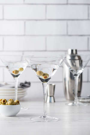 Frische hausgemachte Wodka Martini-Cocktails mit Oliven Standard-Bild