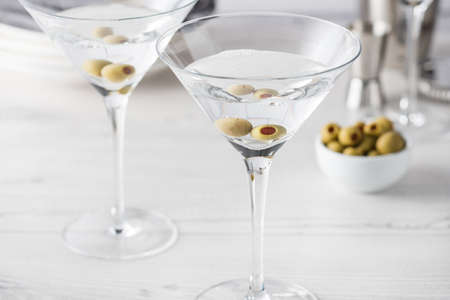 Frais faits maison vodka martini cocktails aux olives Banque d'images - 62110748