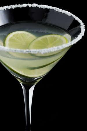 margarita cóctel: Coctel de Margarita con la cal en el fondo negro