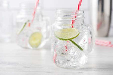 Frische hausgemachte Gin Tonic Cocktails mit Kalk