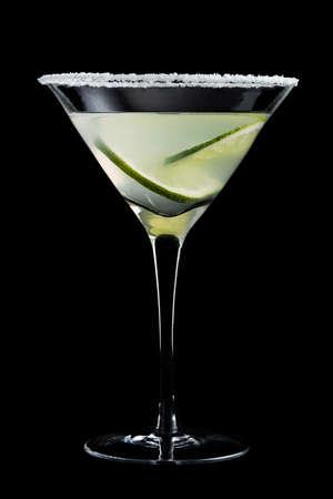 margarita cocktail: Coctel de Margarita con la cal en el fondo negro