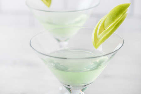 Frische hausgemachte Apfel-Martini-Cocktails mit Beilage