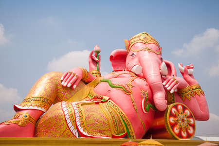 Ganesh Statue Ganesh sur la grande rose. D'une mani�re qui est couch�. photo